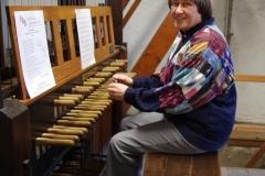 Gudrun Schmidtke am Spieltisch des ältesten Carillons Deutschlands