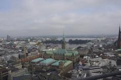 Blick vom Mahnmal über Binnen- und Außenalster, Rathaus und Börse