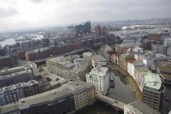 Blick vom Mahnmal über die Speicherstadt und zur Elbphilharmonie. Im Vordergrund das Nikolaifleet.