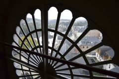 Blick auf die Stadt durch die Maßwerk-Rosette